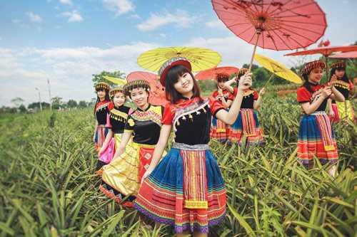 Thay vì áo dài truyền thống, teen Ninh Bình   lại lựa chọn trang phục dân tộc, hóa thân thành những cô gái, chàng trai   Mông, tạo dáng dưới đồi chè xanh mướt.