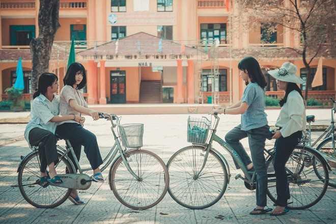Bộ ảnh kỷ yếu chụp theo phong cách thời trang những năm 70 của học sinh lớp 12A9 (trường THPT Việt Yên 1, Bắc Giang) mới đây thu hút sự quan tâm trong cộng đồng mạng.