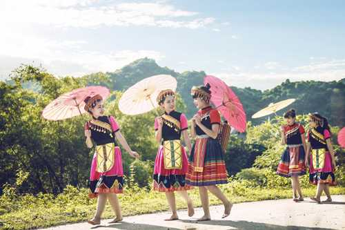 Diện váy xòe nhiều màu sắc, nữ sinh Nguyễn Huệ gợi đến hình ảnh thiếu nữ Mông xinh đẹp, tự nhiên như núi rừng. Không quản nắng gió, các cô gái sẵn sàng tạo dáng giữa đồi chè để có được hình ảnh đẹp của tuổi học trò.