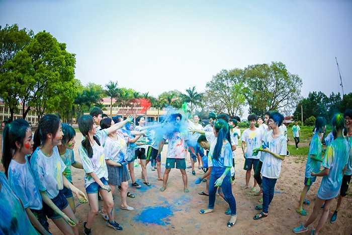 Trong bộ ảnh kỷ yếu, học sinh THPT Bắc Giang đã thể hiện sự sáng tạo bằng cách nhuốm màu lên trang phục cực kỳ tinh nghịch, vui nhộn.