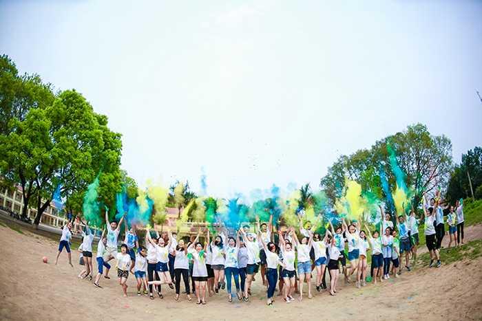 Để làm nên bộ ảnh kỷ yếu độc đáo, ấn tượng, các bạn trẻ Bắc Giang đã nắm bột màu xanh, vàng ném vào nhau.