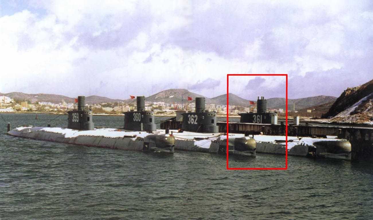 Tàu ngầm 361 thuộc lớp Ming của Trung Quốc khi ở căn cứ