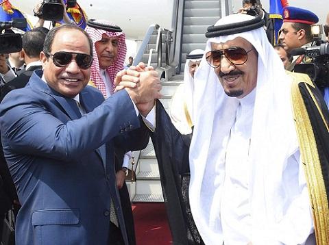 Quốc vương Saudi Arabia (phải) bắt tay Tổng thống Ai Cập tại sân bay quốc tế Cairo. Ảnh: Reuters