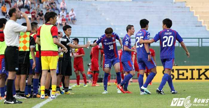 Các cầu thủ Tokyo FC bị ngộp khi thi đấu dưới thời tiết nóng bức ở Bình Dương (ảnh: Hoàng Tùng)