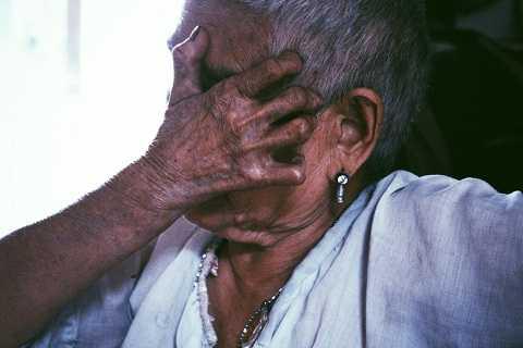 """83 tuổi, bà Ngô Thị Hiền (Bắc Giang) thuộc lớp người """"kì cựu"""" trong trại phong Qủa Cảm. Hơn 70 năm mắc bệnh là hơn 70 năm bà sống giữa những nỗi đau thể xác và tâm hồn. Ngày ấy, dân làng cho rằng bà """"mắc bệnh ma ám"""" nên ra sức xua đuổi. May mắn gặp ông Hoàng Văn Thỏa (Hưng Yên) cùng chung cảnh ngộ không họ hàng, con cái, đôi bạn dọn về ở cùng, giúp đỡ, an ủi nhau trong suốt 5 thập kỉ. Nhắc đến ông Thỏa – người bạn đời quá cố gần 1 năm trước, bà không kìm nổi dòng nước mắt."""