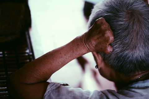 Đôi tay bị ăn mòn bởi bệnh tật quái ác