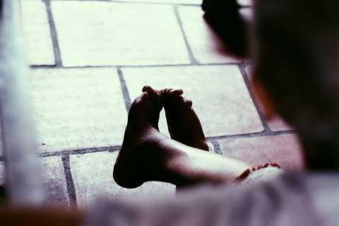 Sức đã cạn, đôi chân cũng không được nguyên vẹn khiến việc đi lại vô cùng khó khăn. Người phụ nữ với cuộc đời đầy rẫy những bất hạnh khi đi đến dốc bên kia của cuộc đời vẫn còn một nỗi niềm trăn trở, những mong có được một mụn con để có người lo hương hỏa khi nhắm mắt xuôi tay.