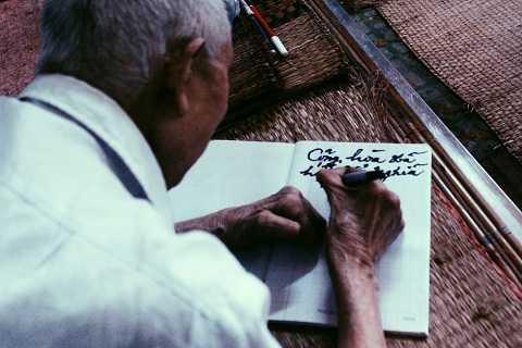 Riêng một khoảng giường, ông cẩn thận xếp những chồng sách ngay ngắn mà ông trân quý. Đôi tay dù co quắp, run rẩy, không còn lành lặn khiến ông gặp khó khăn trong việc cầm bút, nhưng với ông, thơ văn và con chữ vẫn là niềm an ủi khi đã về già.