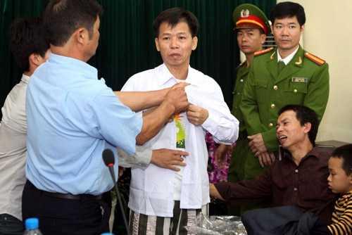 Ông Chấn xúc động ngày trút bỏ chiếc áo phạm nhân mà mình bị mặc oan 10 năm.