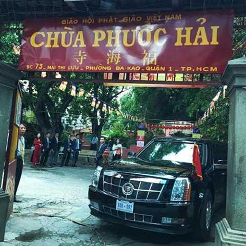 Tổng thống Obama thăm chùa Phước Hải nổi tiếng với tên gọi chùa Ngọc Hoàng, quận 1, ngay khi đặt chân tới TP.HCM chiều 24/5. Nhiếp ảnh gia Souza đi trong đoàn tháp tùng Tổng thống Obama trong chuyến công du Việt Nam 3 ngày