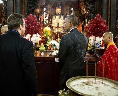 Trong chuyến thăm, tổng thống Mỹ dành nhiều thời gian để tham quan, tìm hiểu văn hóa truyền thống của Việt Nam.