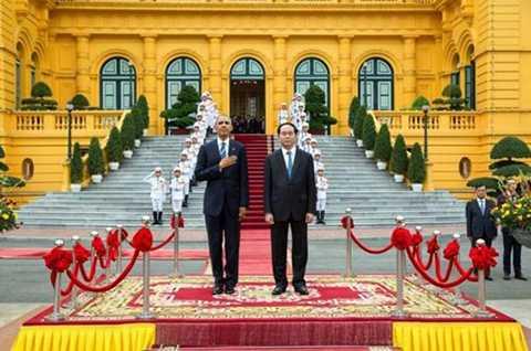 Hình ảnh Tổng thống Mỹ Barack Obama và Chủ tịch nước Trần Đại Quang trên bục chào cờ khi quân nhạc cử lần lượt quốc thiều hai nước.