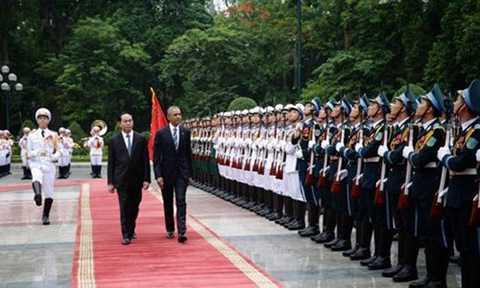 Lãnh đạo hai nước duyệt đội danh dự Quân đội nhân dân Việt Nam.