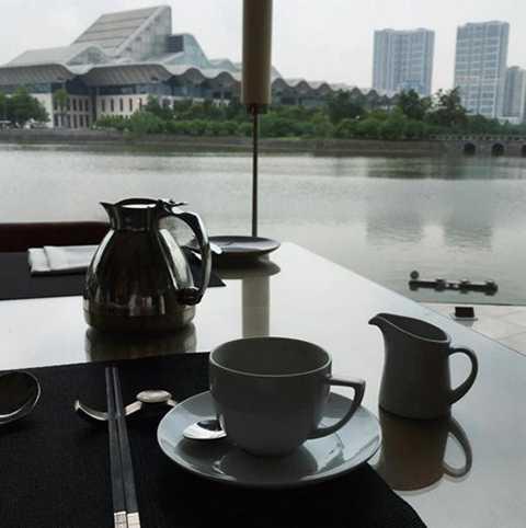 Nhiếp ảnh gia Nhà Trắng đăng tải bức ảnh check in tại Hà Nội khi đang thư thái thưởng thức bữa sáng cùng tách cà phê đậm hương vị Việt Nam sáng sớm 23/5.