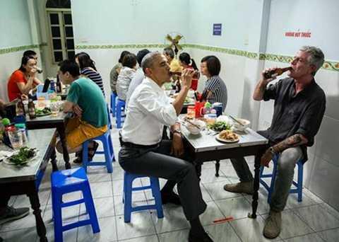 Hình ảnh người đàn ông quyền lực nhất nước Mỹ và đầu bếp nổi tiếng Anthony Bourdain thưởng thức bún chả và bia Hà Nội tại cửa hàng Hương Liên, trên phố Lê Văn Hưu tối 23/5. Bức ảnh nhận được tới 24.700 lượt thích và hàng trăm bình luận tỏ sự thích thú trên Instagram.