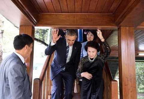 Ông Obama được Chủ tịch Quốc hội Nguyễn Thị Kim Ngân đón tiếp và thăm Nhà sàn Bác Hồ. Tại đây, lãnh đạo Mỹ và Chủ tịch Quốc hội cho cá ăn ở ao.