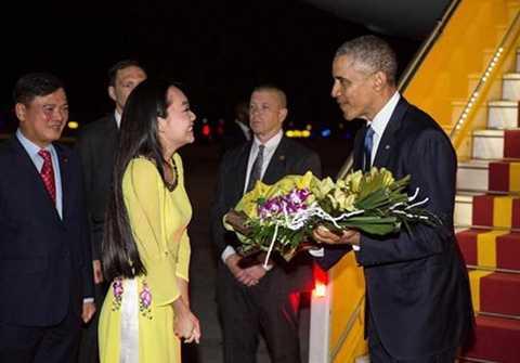 Tổng thống Obama nhận hoa từ đại diện Việt Nam ngay sau khi chuyên cơ Air Force One đáp xuống sân bay Nội Bài tối 22/5.