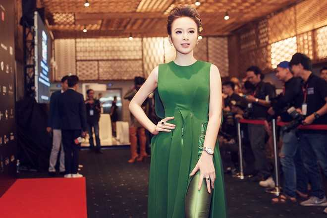 Trang phục nằm trong bộ sưu   tậpMilitarygiúp nữ diễn viên nổi bật trên thảm đỏ. Đi kèm bộ cánh là   hai món phụ kiện có giá hơn 1 tỷ đồng.