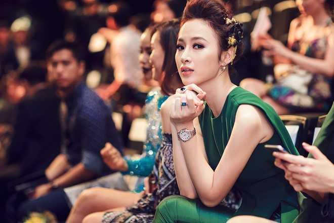 Kiểu tóc búi, mái bồng khá ăn nhập thiết kế   vừa nữ tính vừa mạnh mẽ. Gam màu xanh đậm làm nổi bật chiếc đồng hồ   Fendi, trị giá 100 triệu đồng.