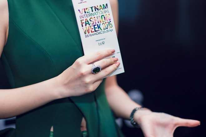 Nổi bật hơn hẳn là nhẫn hiệu BVLGARI đính   ngọc ruby xanh trị giá hơn 1 tỷ đồng. Nữ diễn viên cho biết, cô chọn bộ   váy hợp với không gian sự kiện đậm chất thời trang, phụ kiện đồng hồ và   nhẫn mang đến vẻ sang trọng.