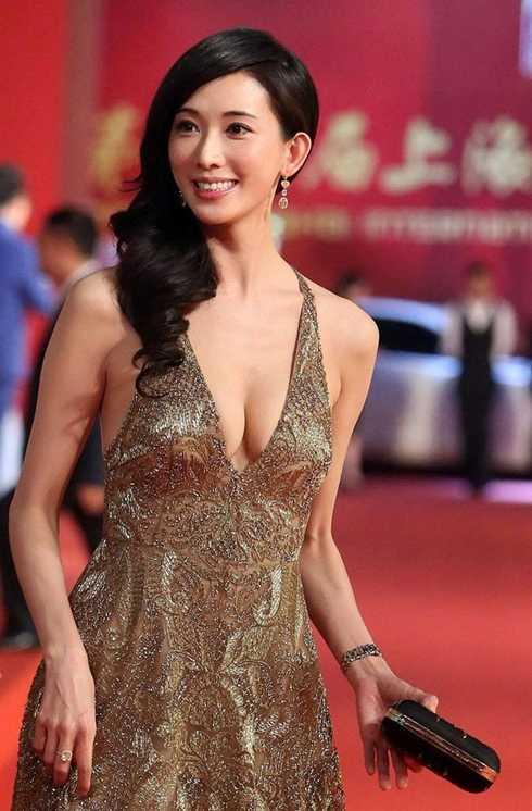 """Lâm Chí Linh được nhắc đến là người đẹp có giá """"đi khách"""" cao nhất nhì trong làng mẫu Đài Loan. Theo trang Sohu, giá tiếp khách của cô trong 3 ngày là hơn 5 triệu NDT (gần 16 tỷ đồng)."""