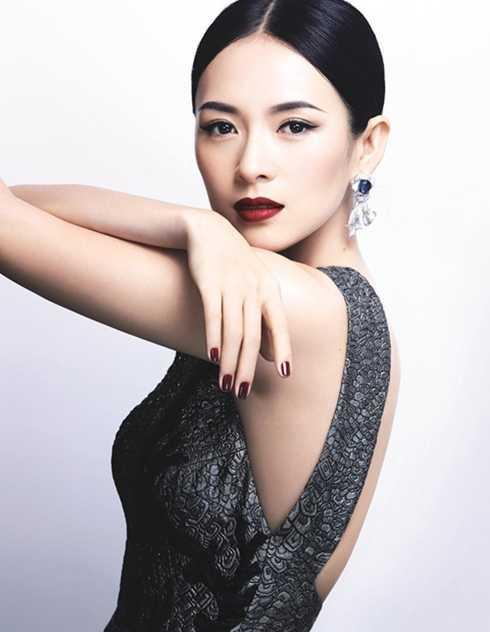 """Danh tiếng của Chương Tử Di bị ảnh hưởng không nhỏ khi chủ tịch tập đoàn Shide, Từ Minh tiết lộ đã đưa cho cô 6 triệu NDT (gần 12 tỷ đồng) để được """"lên giường"""" với cô. Sau đó, vị này còn giới thiệu nữ diễn viên """"phục vụ"""" Bạc Hy Lai với mức giá 10 triệu NDT."""