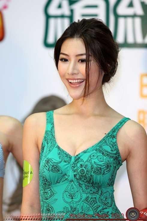 """Sau khi những hình ảnh thân mật với một đại gia bị phát tán, nữ diễn viên đài TVB – Lưu Lợi được cho là đã thực hiện thương vụ """"đi khách"""" với giá 250 ngàn USD HK (khoảng 680 triệu đồng)."""