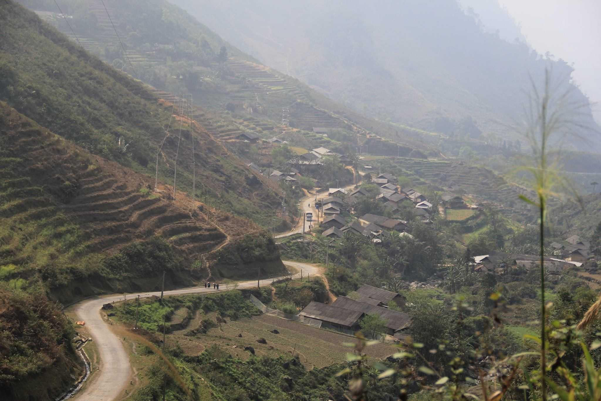 Nơi bé Lúa sinh sống thuộc Bản Giàng Trù A, xã Du Già, huyện Yên Minh, tỉnh Hà Giang. Bản Giàng Trù A là một trong những bản nghèo nhất, nằm ở vị trí cao nhất và cũng thuộc loại khó khăn nhất của xã Du Già. Từ bản đi xuống đến trung tâm xã phải mất khoảng 9 km.