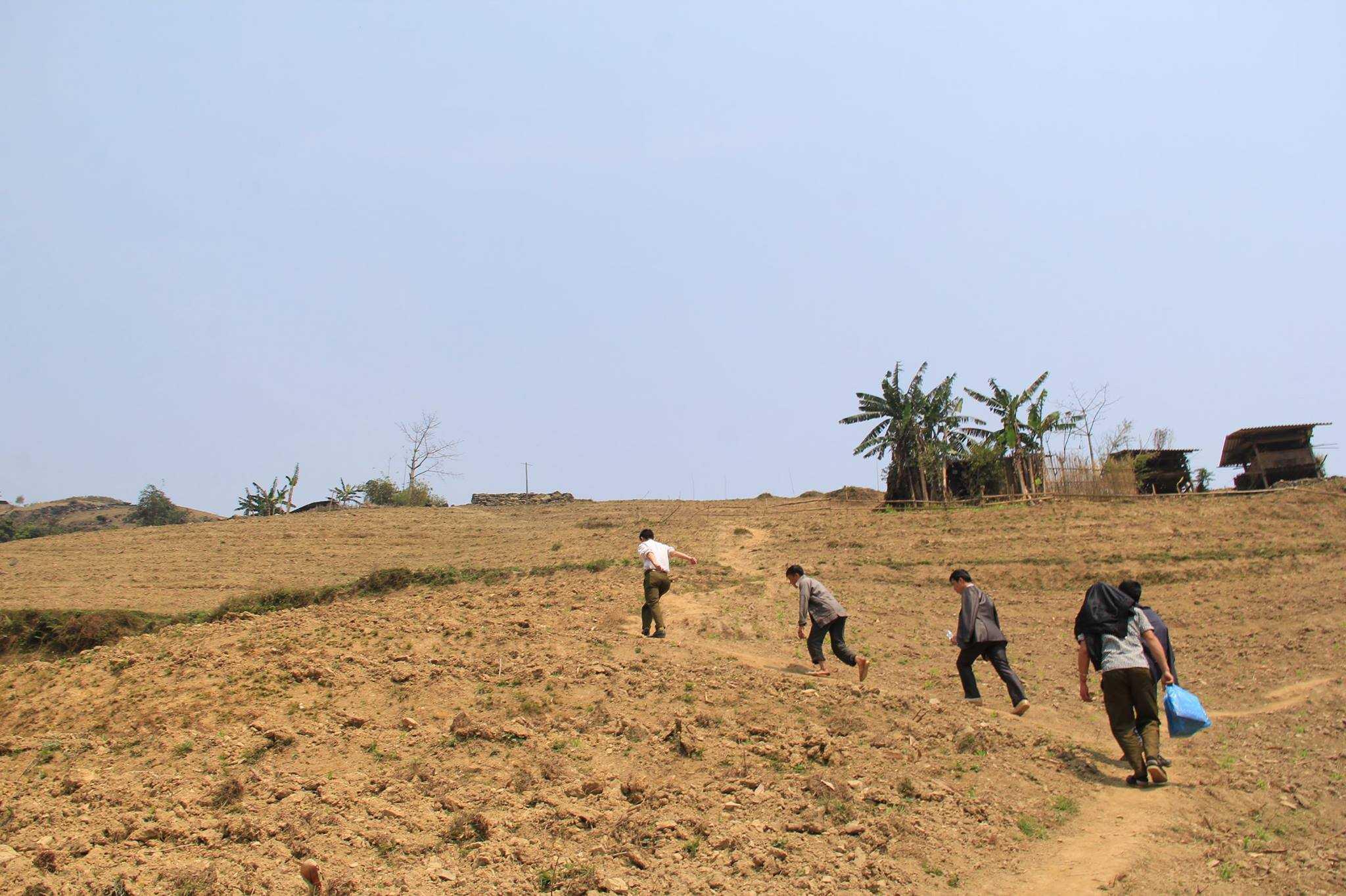 Để leo lên con dốc dựng đứng như vậy, người lớn cũng phải dừng lại nghỉ 2-3 lần.