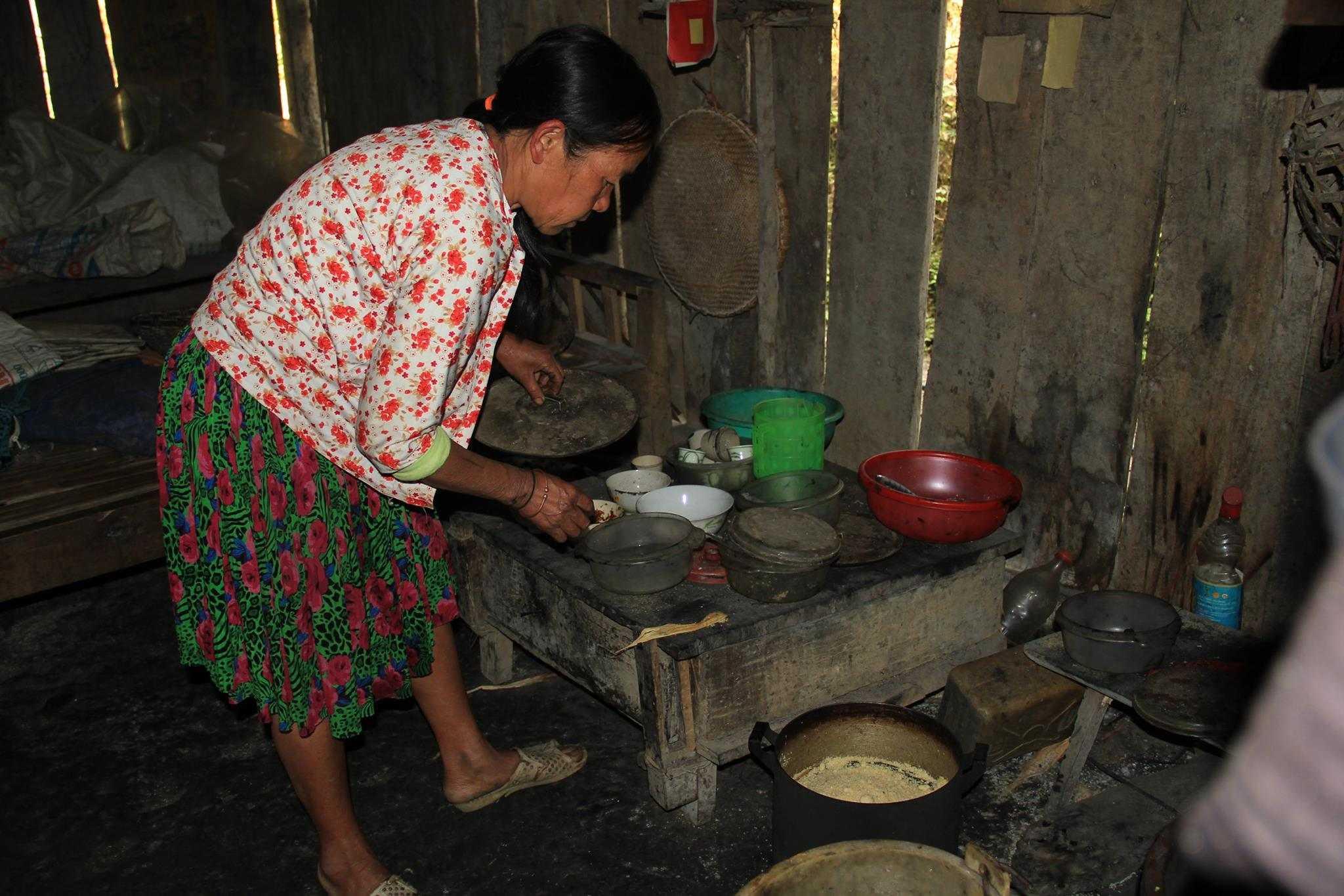 Từ ngày chồng mất, một mình bà Chủ (mẹ bé Lúa) vừa chăm cháu Lúa vừa phải lo việc nuôi trồng. Bữa cơm thường ngày chỉ có bột ngô nấu thành mèn mén ăn cùng ớt ngâm muối. Cứ đến mùa ráp hạt (từ tháng giêng đến tháng 3 âm lịch) là mẹ con lâm vào cảnh thiếu ăn.