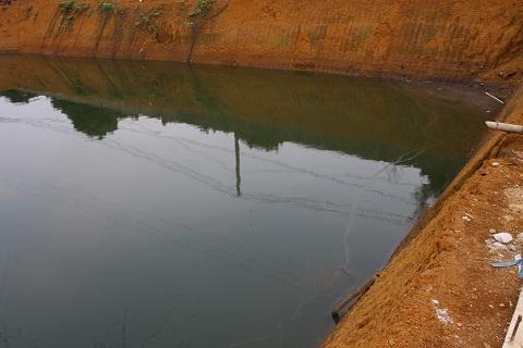 Nước trong bể chứa cũng được bơm từ sông Bưởi vào bể chứa, để phục vụ cho quá trình sản xuất và làm mát hệ thống. Nước tại bể chứa này bốc mùi hôi thối nồng nặc, ven bể chứa rất nhiều rác thải và xuất hiện lớp váng đọng trên mặt nước đen ngòm.