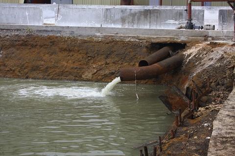 Phần kè bê tông vẫn chưa được hoàn thiện, nước thải chưa được qua xử lý theo các ống xả thẳng vào bể chứa nước thải và được thải ra