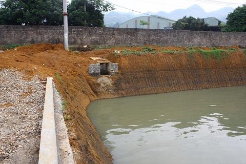 Đường cống dẫn nước thải được thiết kế chạy dọc theo nhà máy ra ngoài và thải ra sông Bưởi theo một con mương nhỏ khuất tầm nhìn người dân.