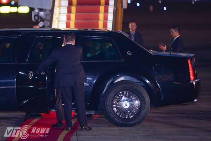 Tổng thống Mỹ lên xe về khách sạn - Ảnh: Tùng Đinh
