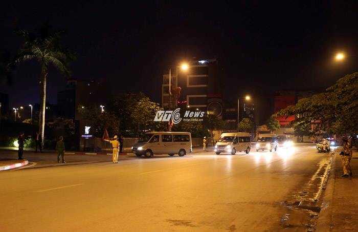 Đoàn xe chở Tổng thống Mỹ nhanh chóng di chuyển về nội thành - Ảnh: Quang Minh