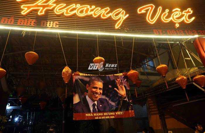 Nhà hàng ngay đối diện khách sạn JW Marriott còn treo băng-rôn rất lớn để chào mừng tổng thống Obama - Ảnh: Quang Minh