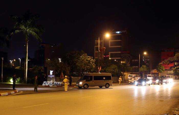 Đoàn xe tiến vào trong khu vực khách sạn - Ảnh: Quang Minh