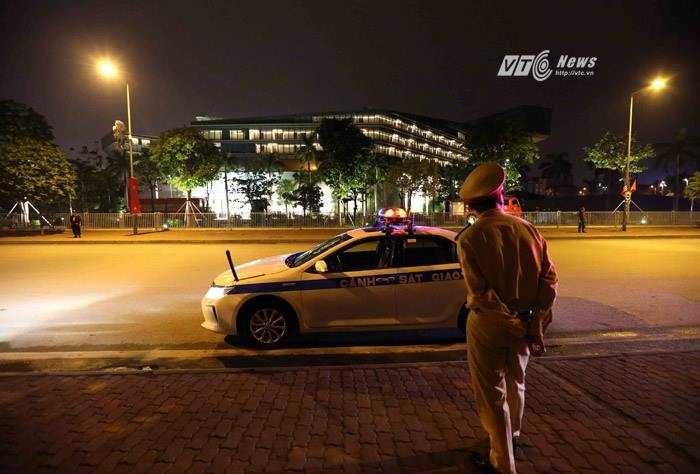 Lực lượng chức năng có mặt tại các cung đường quanh khách sạn - Ảnh: Quang Minh