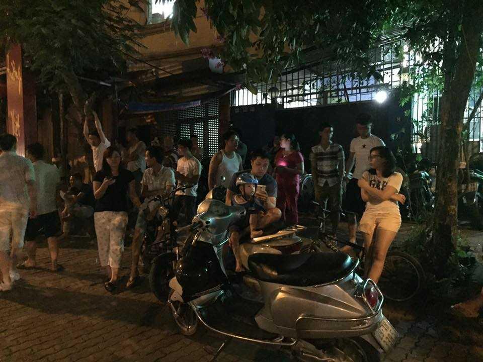 Mặc tiết trời nắng nóng, nhiều người vẫn kiên nhẫn chờ đoàn xe đón tổng thống Mỹ - Ảnh: Quang Minh