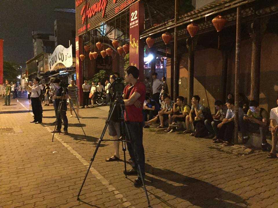 Nhiều phóng viên cũng chờ sẵn trên cung đường đoàn xe đi qua - Ảnh: Quang Minh