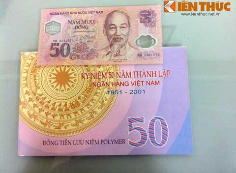 Trước tờ 100 đồng sắp phát hành làm tiền   lưu niệm, đồng tiền lưu niệm đầu tiên của Ngân hàng Nhà nước có mệnh giá   50 đồng - phát hành nhân kỷ niệm 50 năm thành lập NHNN Việt Nam (1951 –   2001). Hình ảnh mặt trước của tờ 50 đồng