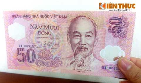 """Kích thước của tờ tiền là   82x165mm. Mặt trước của tờ 50 đồng là Chân dung Chủ tịch Hồ Chí Minh và   các chữ """"50 năm Ngân hàng Việt Nam"""