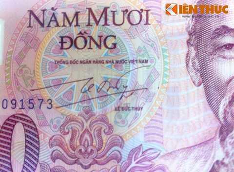 Trên mặt trước tờ tiền có chữ ký của thống đốc NHNN thời điểm đó là ông Lê Đức Thúy.