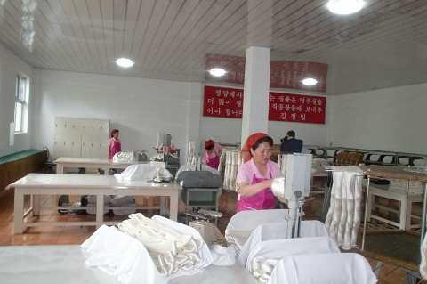 Công nhân đang làm việc tại  nhà máy