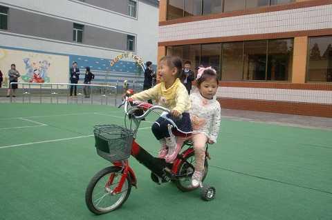 Trẻ em vui chơi trong nhà máy sản xuất cáp
