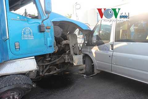 Bước đầu, nguyên nhân được xác định do tài xế xe container buồn ngủ nên không làm chủ được tay lái dẫn đến tai nạn trên.