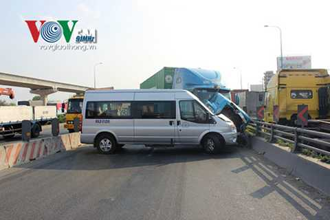 Chiếc xe container tiếp tục đâm vào xe 9 chỗ BKS: 60LD – 003.29 và xe 16 chỗ BKS: 60LD – 012.95 rồi húc vào thành cầu mới dừng lại.
