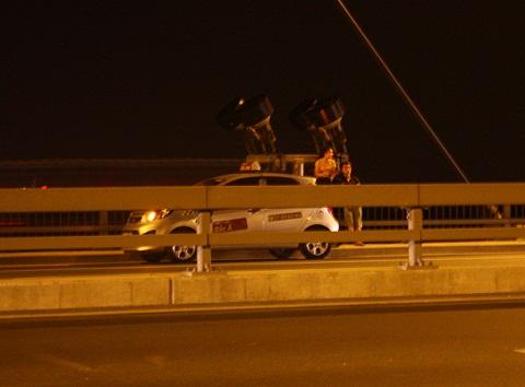 Ô tô ngang nhiên dừng đỗ rất lâu trên cầu và bật đèn tín hiệu khẩn cấp.