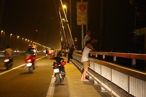 Hình ảnh người đàn ông ngồi trên thành cầu khiến ai đi qua cũng phải hoảng hồn