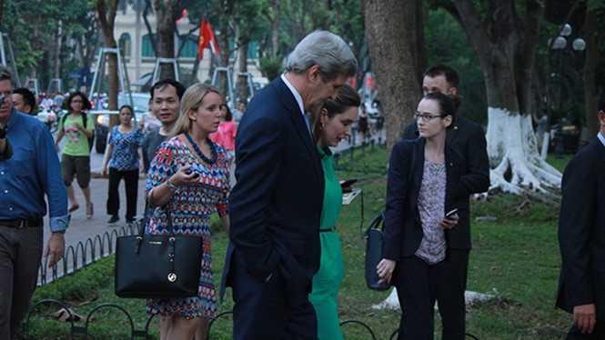 Ngoại trưởng Mỹ đã cùng các phóng viên quốc tế đi dạo quanh Hồ Gươm, một địa chỉ quen thuộc mà bất cứ ai đến Hà Nôi đều muốn ghé qua.